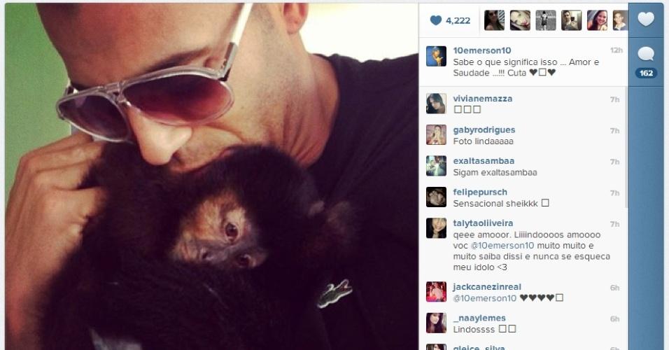 11.fev.2013 - Emerson Sheik, do Corinthians, aproveita folga para matar as saudades da macaca Cuta