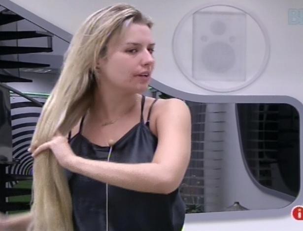 11.fev.2013 - Fernanda arruma os cabelos e diz para Nasser e Marien que espera ficar na casa após paredão