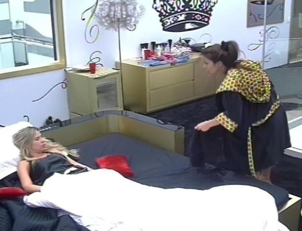 11.fev.2013 - Fernanda deita, com dor de cabeça, e Kamilla a acompanha no quarto do líder