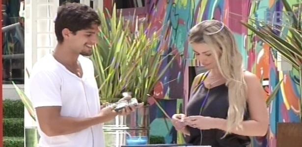 11.fev.2013 - Fernanda e André fazem as compras pela casa grande no mercadinho