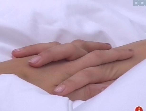 """11.fev.2013 - Fernanda e Kamilla se dão as mãos e a miss diz para a advogada ser """"forte"""", apesar do paredão"""