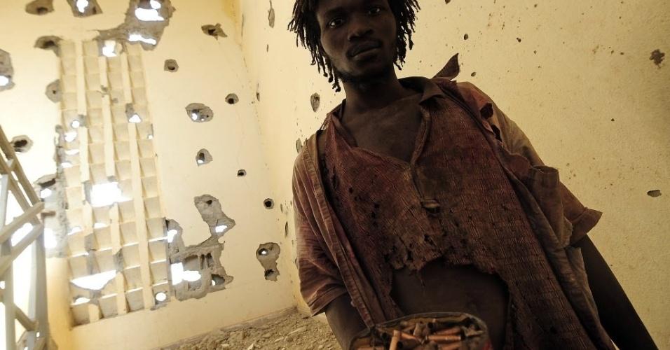 11.fev.2013 - Homem recolhe cartuchos de bala em delegacia de polícia de Gao, cidade do Mali que foi cenário de confronto entre milícia islâmica e forças francesas