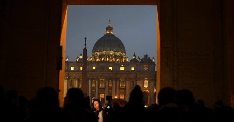 11.fev.2013 - Jornalistas se reúnem em frente à Basílica de São Pedro, no Vaticano, nesta segunda-feira (11). O papa Bento 16, que tem 85 anos, anunciou que renunciárá ao cargo no próximo dia 28 devido à sua idade avançada