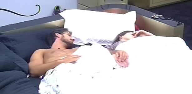 11.fev.2013 - Kamilla e Eliéser continuam dormindo no quarto do líder mesmo depois do toque de despertar