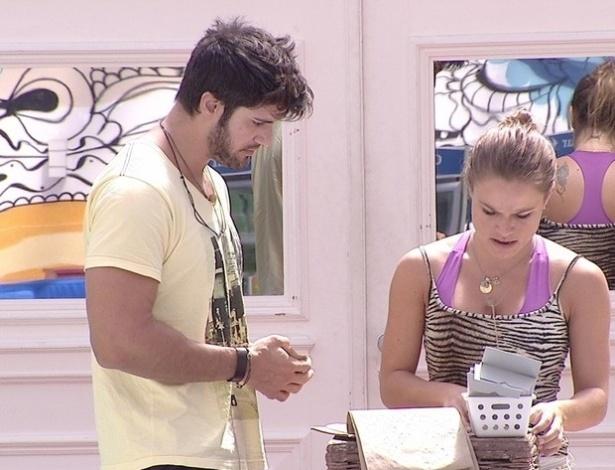 11.fev.2013 - Marcello e Natália fazem compras no mercadinho para a xepa neste manhã