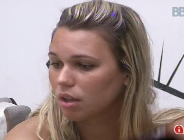 11.fev.2013 - Marien diz para Nasser, Natália, Ivan e Anamara que quer conversar com Kamilla sobre indicação ao paredão: