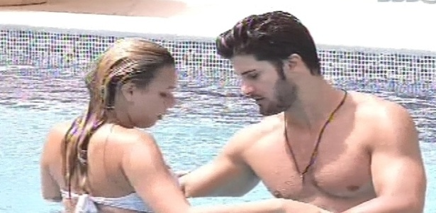 11.fev.2013 - Marien e Marcello dançam dentro da piscina nesta tarde
