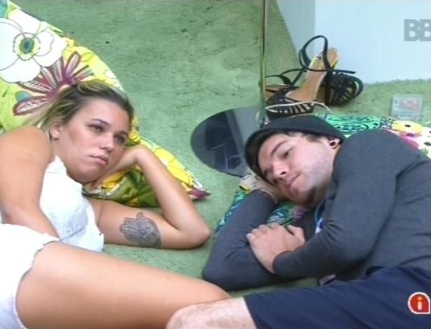 11.fev.2013 - Marien e Nasser, deitados no chão da sala, conversam sobre o paredão de terça-feira