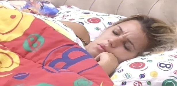 11.fev.2013 - Marien, emparedada pela líder Kamilla, é acordada pela luz acesa e pelo toque de despertar