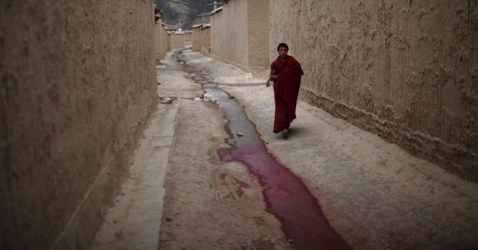 11.fev.2013 - Monge tibetano anda por ruela dentro do monastério Labrang, na região chinesa que pede autonomia