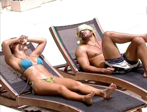 11.fev.2013 - Natália e Marcello curtem o dia bonito na beira da piscina