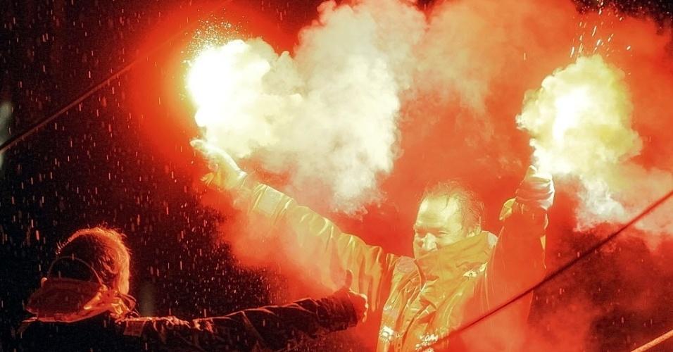 11.fev.2013 - O velejador Bertrand de Broc festeja o fim de sua volta ao mundo na cidade de Les Sables, cidade do oeste da França
