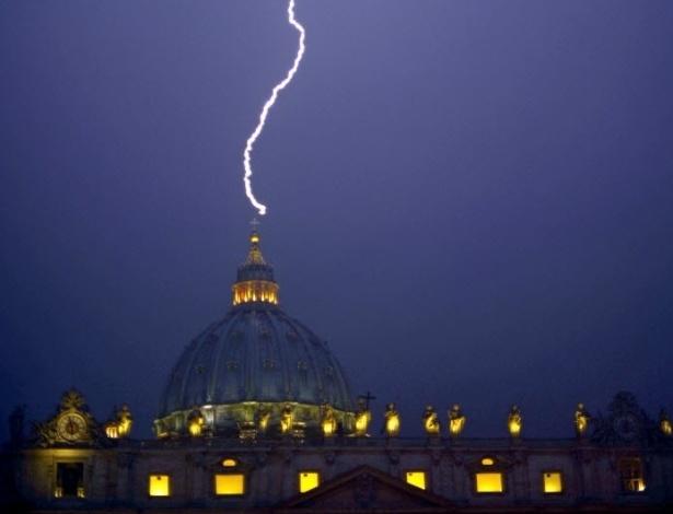 11.fev.2013 - Raio atinge a Basílica de São Pedro nesta segunda-feira (11), dia em que o papa Bento 16, que tem 85 anos, anunciou que renunciará ao cargo no próximo dia 28, devido à sua idade avançada
