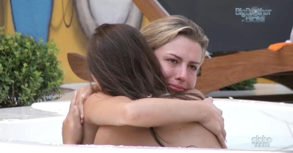 11.fev.2013 - Emocionadas, Andressa e Fernanda se abraçam e declaram amizade