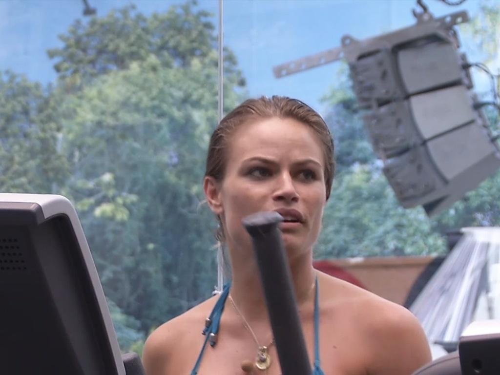 11.fev.2013 - Natália faz exercício e conversa com André
