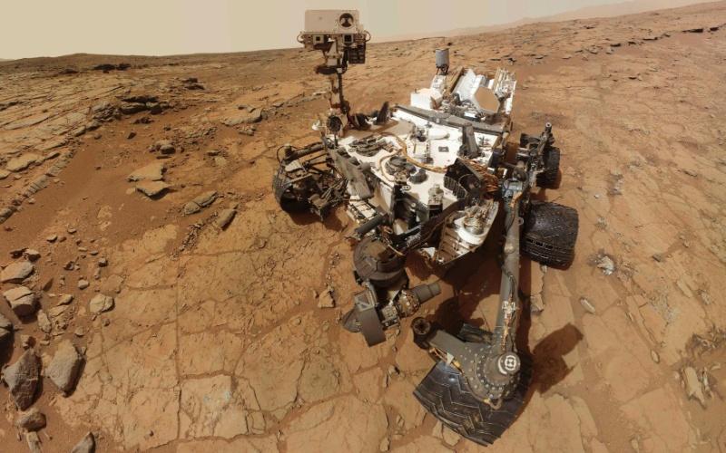 """9.fev.2013 - Robô  Curiosity da Nasa faz um autorretrato na rocha chamada """"John Klein"""" no 182º dia de missão em Marte, quando fez sua primeira perfuração para coleta de amostras do planeta vermelho"""