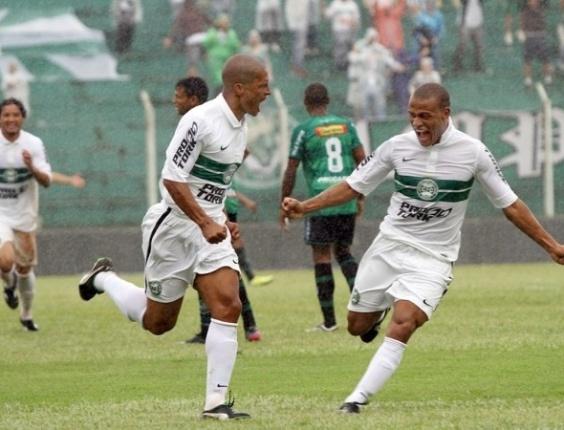 Alex comemora seu primeiro gol pelo Coritiba
