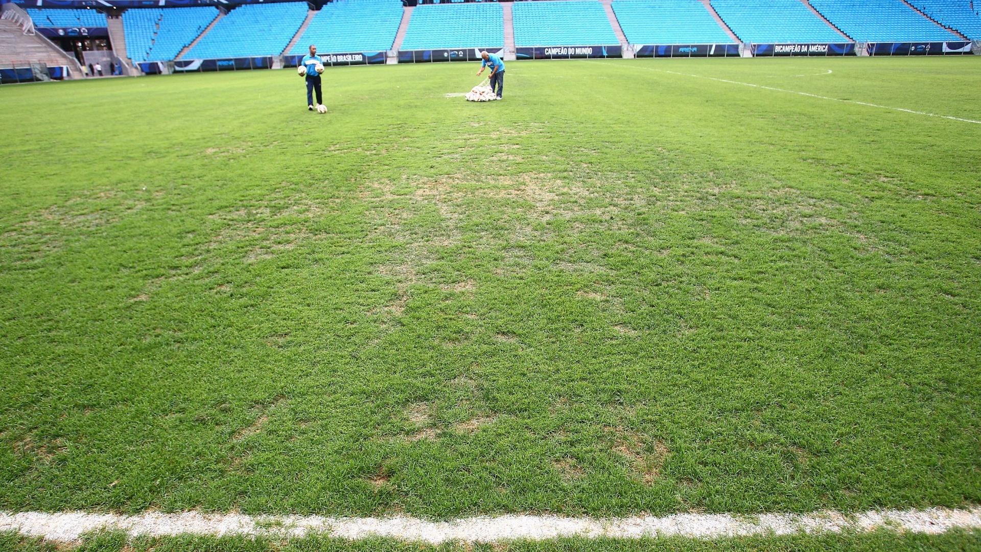 Gramado da Arena do Grêmio ainda não apresenta as melhores condições (11/02/2013)