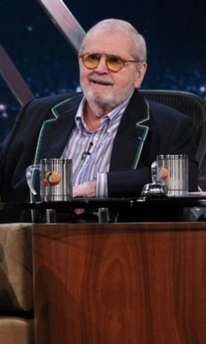 O apresentador Jô Soares além de usar camisa com listras verticais, tem o debrum na gola do blazer que também ajuda a alongar a silhueta