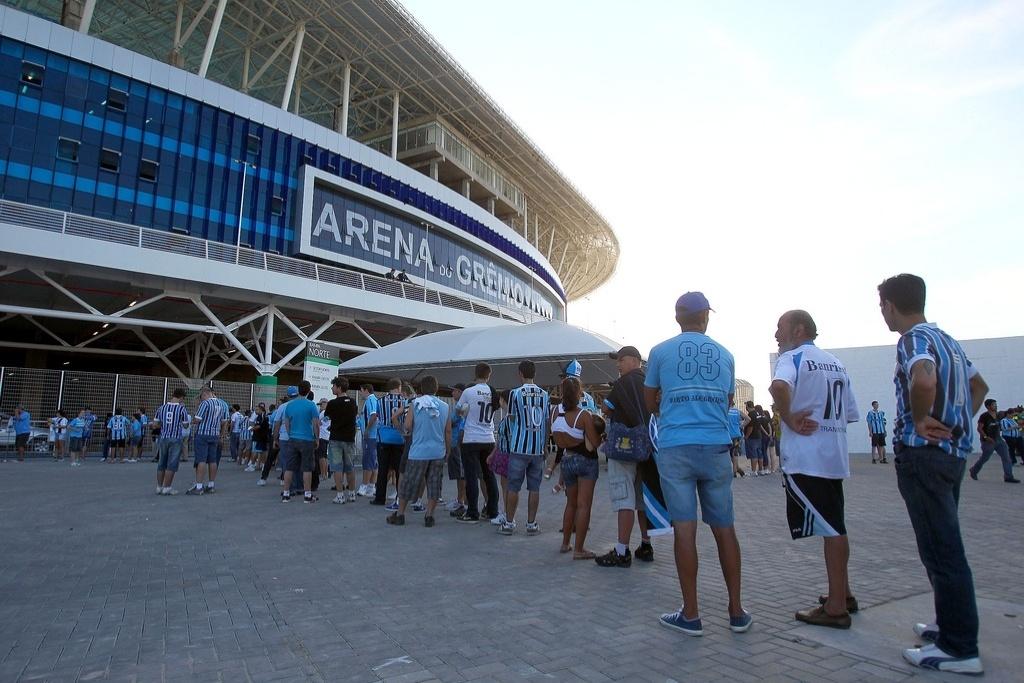 Torcedores do Grêmio fazem fila na entrada da Arena para assistir o jogo com a LDU pela Libertadores. Parte externa (30/01/2013)