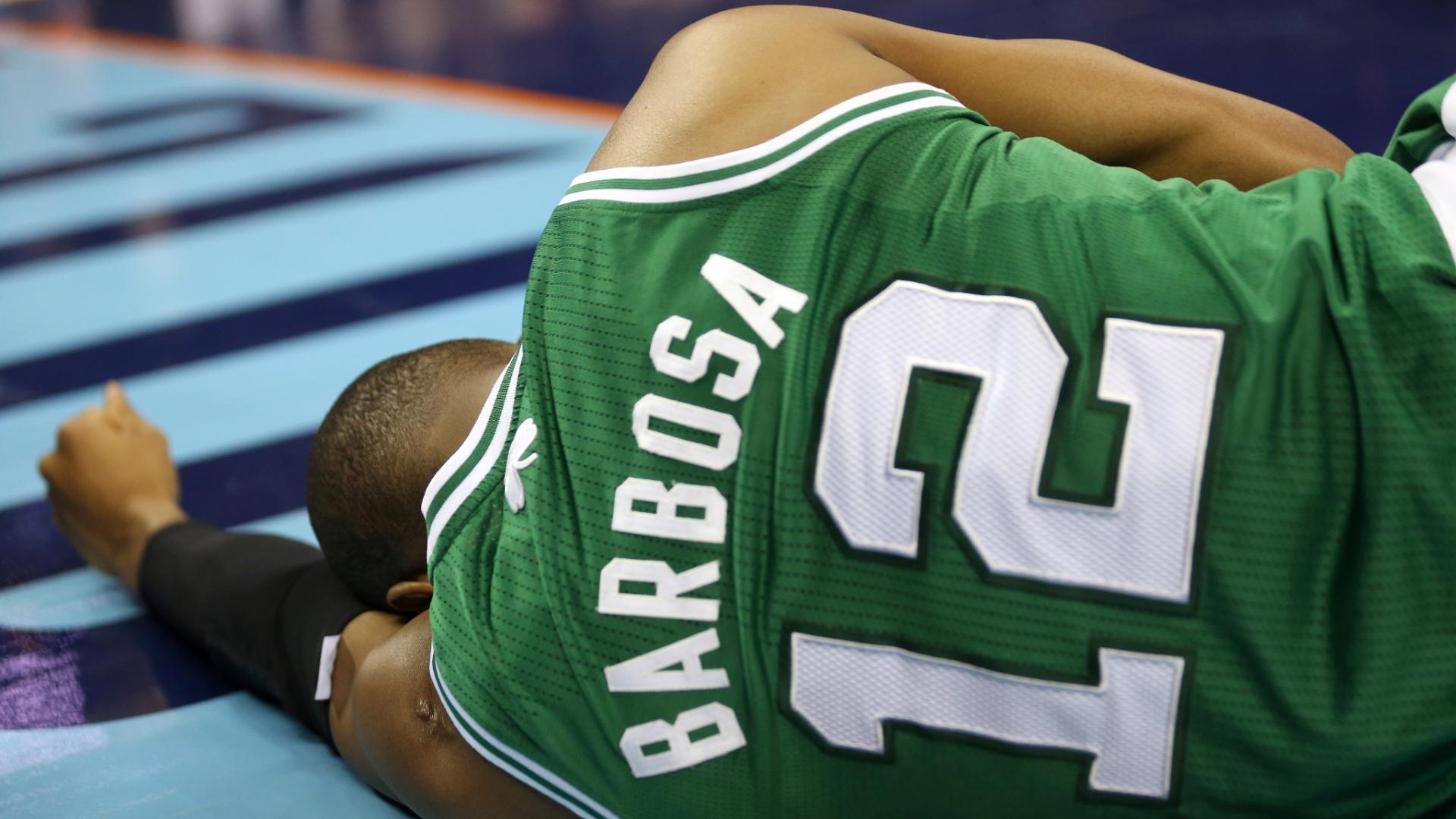 11.fev.2013 - Brasileiro Leandrinho, dos Boston Celtics, fica no chão após se lesionar durante a derrota por 94 a 91 para os Charlotte Bobcats