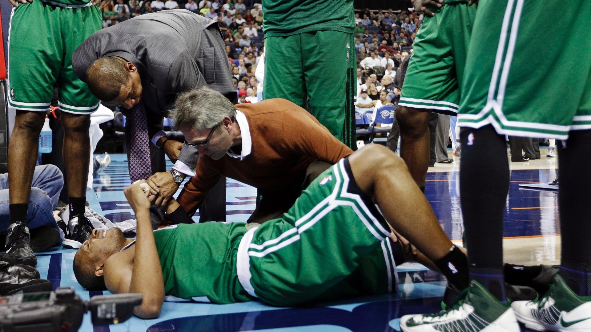 11.fev.2013 - Brasileiro Leandrinho, dos Boston Celtics, recebe atendimento médico durante a derrota por 94 a 91 para os Charlotte Bobcats