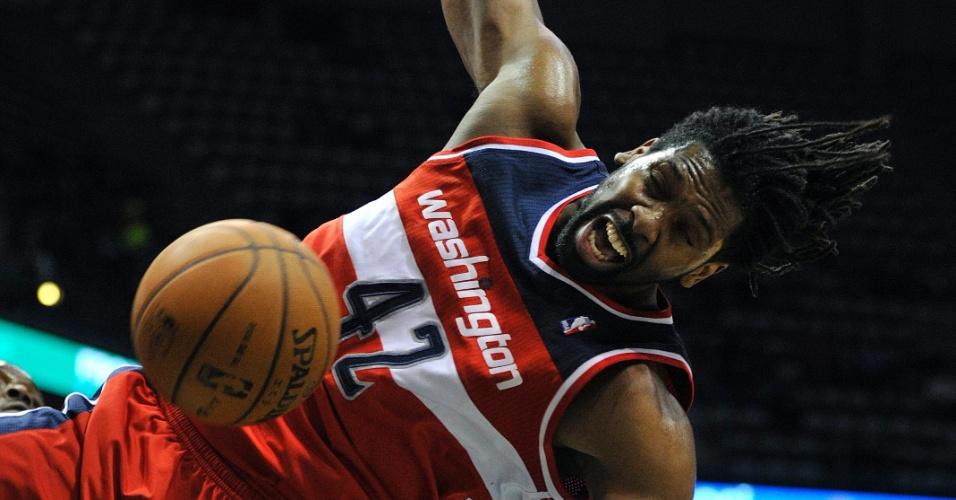 11.fev.2013 - Pivô brasileiro Nenê, dos Washington Wizards, enterra na vitória por 102 a 90 sobre os Milwaukee Bucks, pela NBA