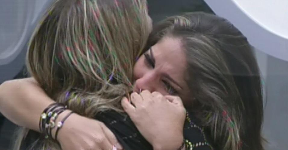 """12.fev.2013 - Anamara abraça Fani após se emocionar e dizer que a sister a ajudou após o """"BBB10"""""""