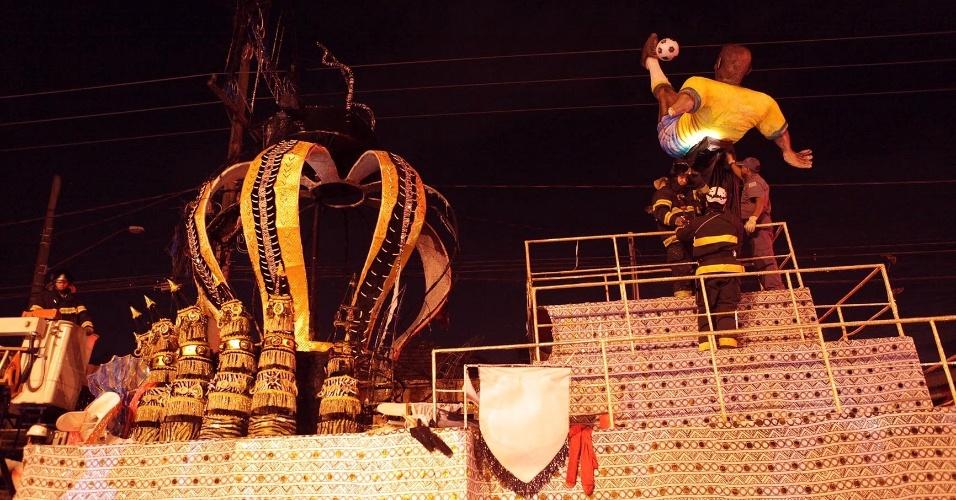 12.fev.2013 - Bombeiros retiram boneco de Pelé de carro alegórico que pegou fogo no sambódromo Dráusio da Cruz, em Santos (litoral de São Paulo)