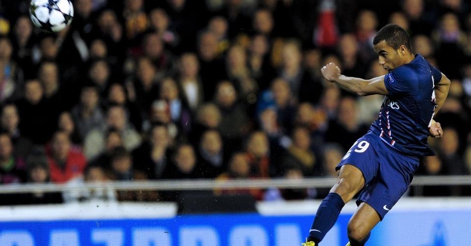 12.fev.2013 - Brasileiro Lucas, do PSG, tenta o chute durante a partida contra o Valencia, pela Liga dos Campeões