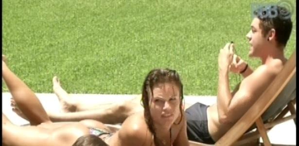 12.fev.2013 - Brothers curtem piscina em tarde ensolarada no Rio