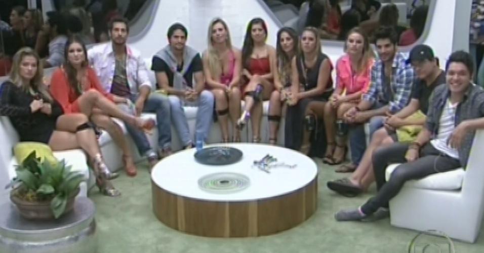 """12.fev.2013 - Brothers fazem contato com o apresentador Pedro Bial antes da quinta eliminação do """"BBB13"""""""