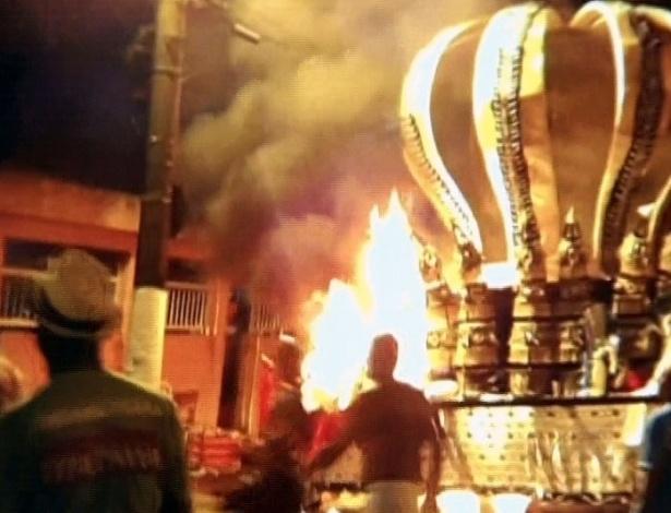 12.fev.2013 - Carro alegórico pegou fogo na saída do sambódromo Dráusio da Cruz, em Santos (litoral de São Paulo). Pelo menos quatro pessoas morreram e seis ficaram feridas