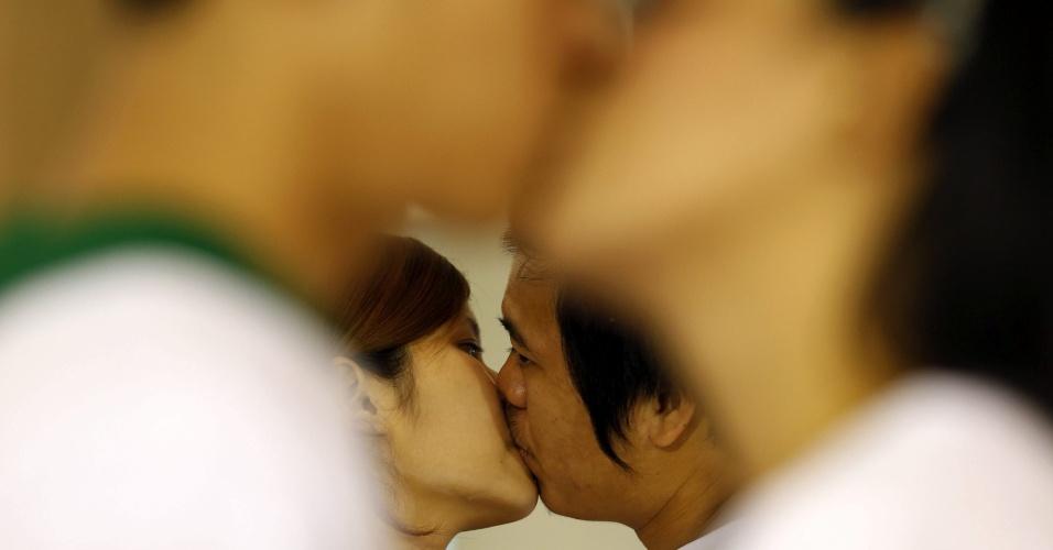 12.fev.2013 - Casais tailandeses tentam quebrar o recorde para o beijo mais longo do mundo, em comemoração do Dia dos Namorados no país. Nove casais, incluindo dois casais gays, participaram da disputa que tem como prêmio 2.500 euros e um anel de diamante no valor de 5.000 euros. O recorde atual é de 50 horas, 25 minutos e 1 segundo