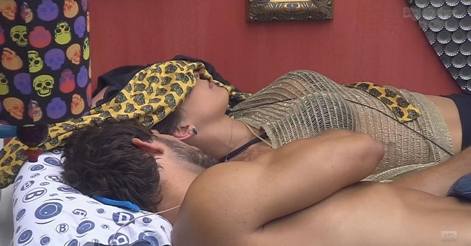 12.fev.2013 - Eliéser e Kamilla descansam antes do paredão desta noite