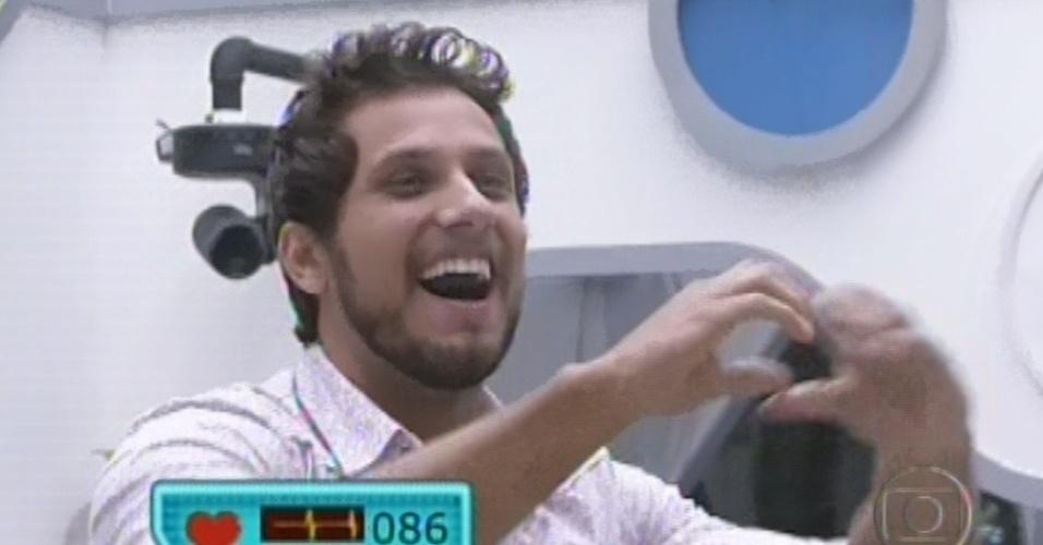 12.fev.2013 - Eliéser faz coração com as mãos ao ver sua família pela televisão na quinta eliminação do