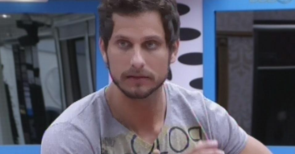 12.fev.2013 - Eliéser pede desculpas à Marcello por brigas no reality