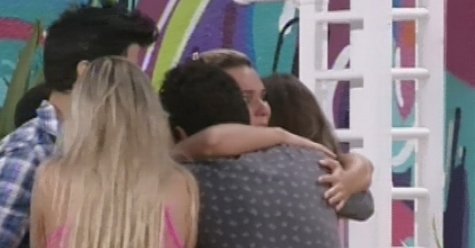 "12.fev.2013 - Eliminada do ""BBB13"", Marien é abraçada por Ivan, Nasser, Marcello, Fernanda e Andressa"