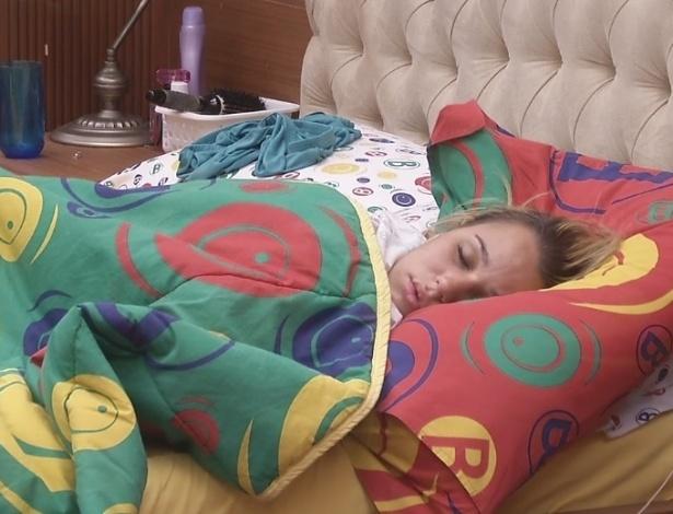 12.fev.2013 - Em seu possível último dia na casa, Marien dorme no quarto biblioteca por volta do meio-dia
