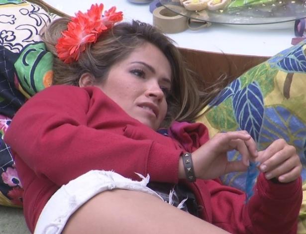 12.fev.2013 - Fani ouve desabafo de Fernanda durante a exibição do desfile das escolas de samba do Rio de Janeiro