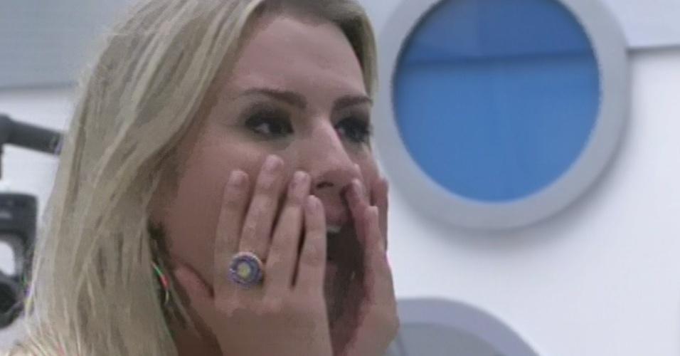 """12.fev.2013 - Fernanda fioca emocionada ao ver a família na quinta eliminação do """"BBB13"""""""