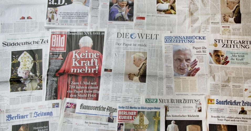 12.fev.2013 - Foto mostra diversas capas de jornais que trazem como manchete o anúncio da renúncia do papa Bento 16