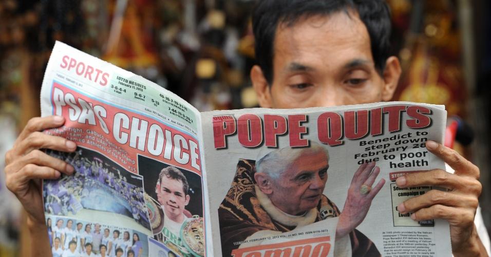 12.fev.2013 - Homem lê jornal que traz a notícia da renúncia do papa Bento 16, em Manila (Filipinas)