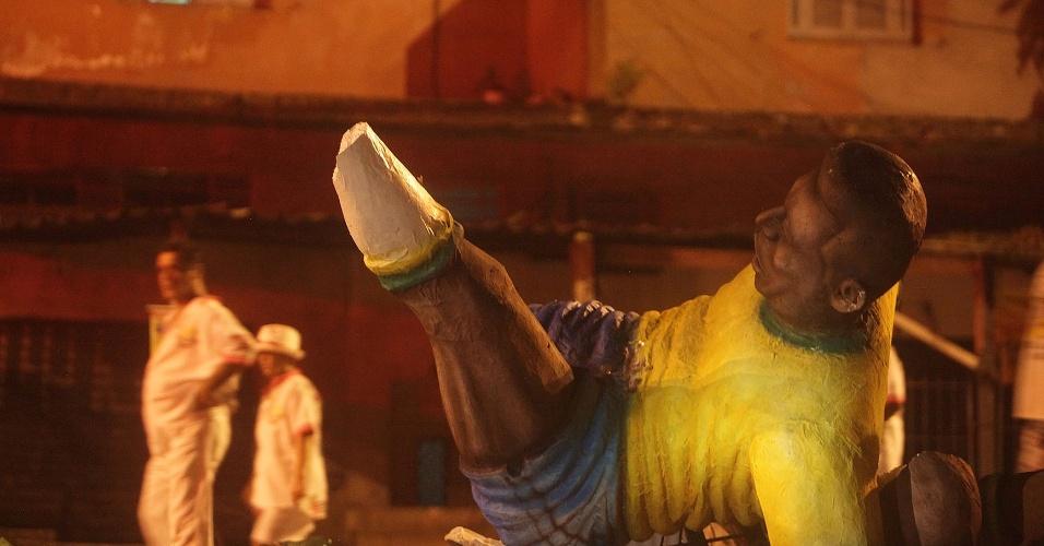 12.fev.2013 - Incêndio em carro alegórico no Carnaval de Santos matou quatro pessoas e causou o cancelamento do desfile na cidade do litoral paulista