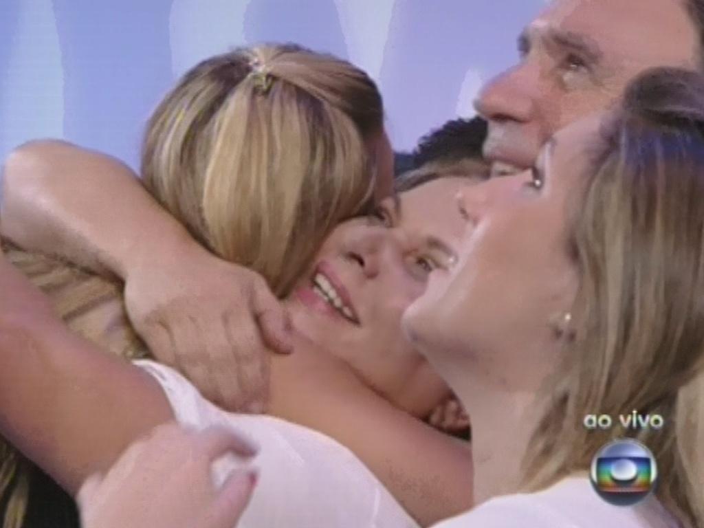 12.fev.2013 - Marien abraça a família após deixar o