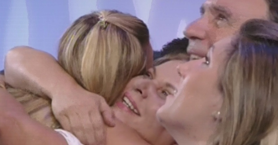 """12.fev.2013 - Marien abraça a família após deixar o """"BBB13"""" com 51% dos votos"""