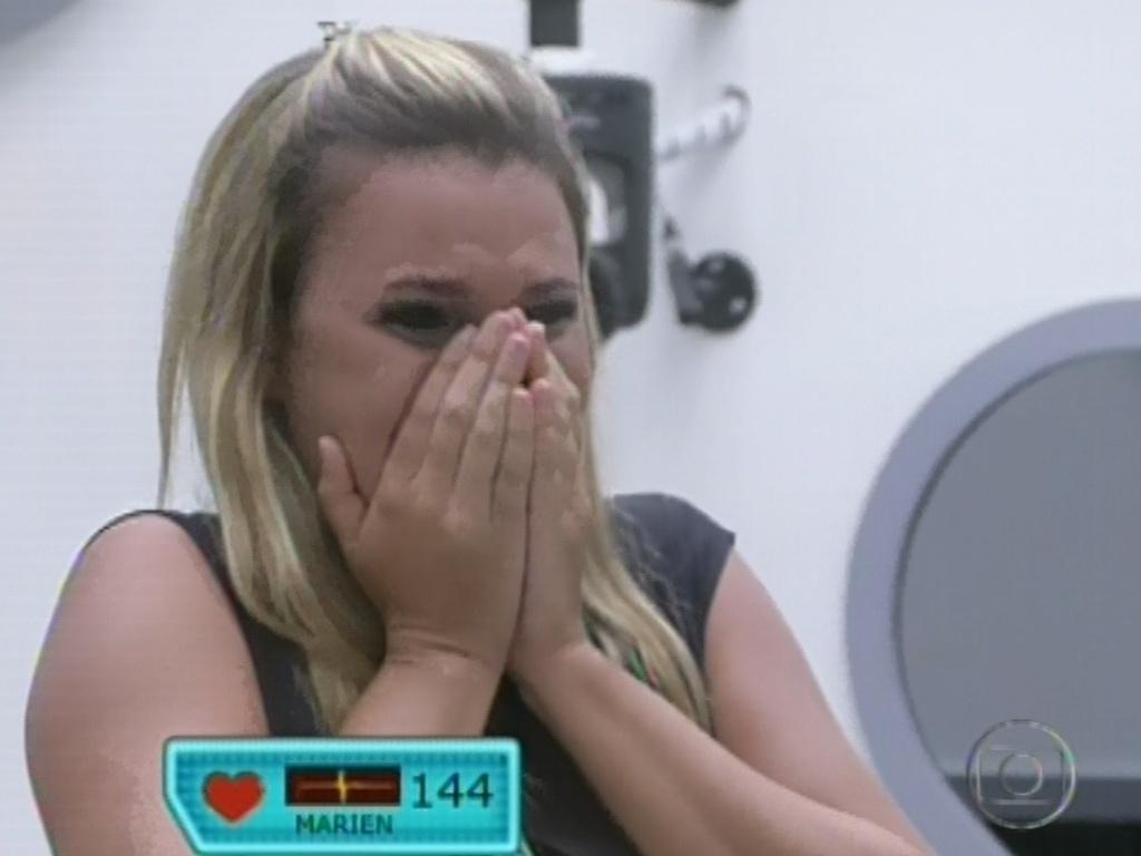 12.fev.2013 - Marien chora ao ver a família na quinta eliminação do