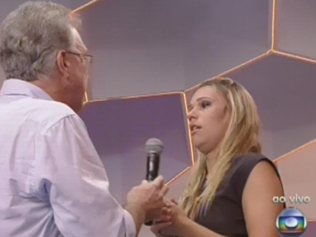 12.fev.2013 - Marien fala com Pedro Bial após deixar o programa