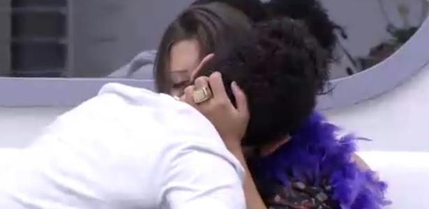 12.fev.2013 - Nasser e Andressa se beijam durante exibição do desfile das escolas de samba
