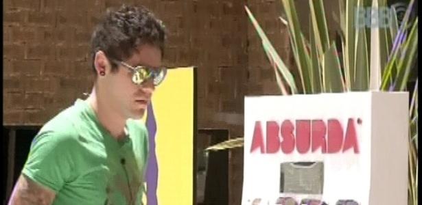 12.fev.2013 - Nasser escolhe um óculos de sol para usar durante o dia ensolarado na casa do